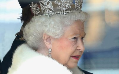 queen-elizabeth-wearing-crown-ftr